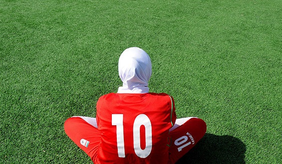 حواشی ممنوع الخروجی بانوی فوتبالیست؛ زنان می توانند در مواقع اضطراری با اجازه دادستان از کشور خارج شوند