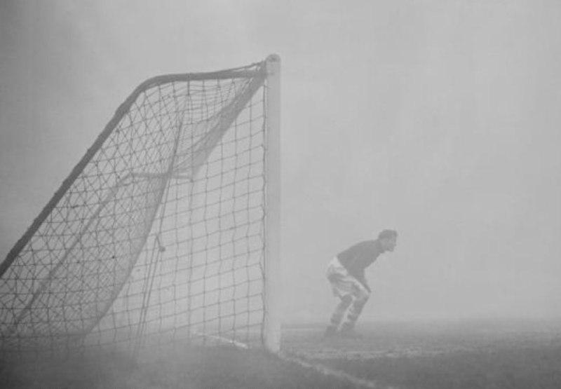 نتیجه تصویری برای در سال 1937 در انگلستان یک مسابقه فوتبال بین تیم های چلسی و چارلتون به علت مه غلیظ متوقف شد